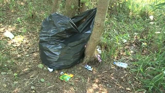 W lesie sucho, a śmieci wciąż przybywa