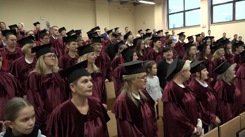 Absolwenci odebrali dyplomy