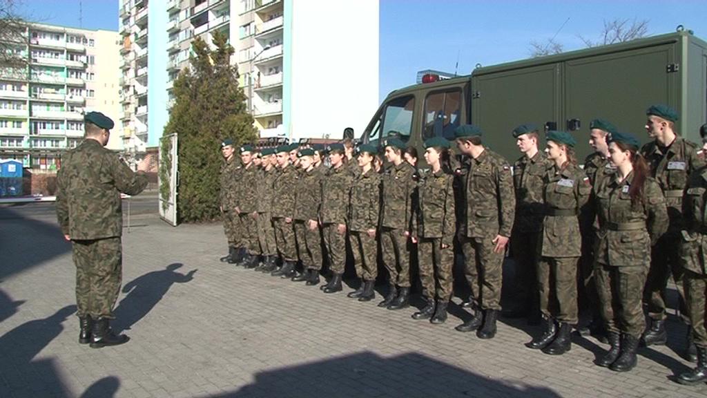 Armia pokusą dla młodych ludzi